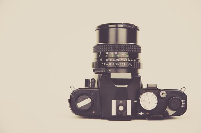 Lustrzanka vs bezlusterkowiec – jaki aparat dla początkujących?
