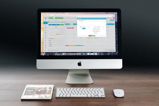 Ekran, klawiatura na biurku