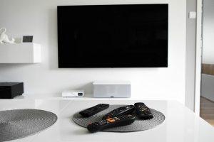 Telewizor wiszący na ścianie
