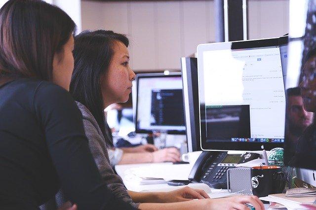 Kobiety przed ekranem komputera