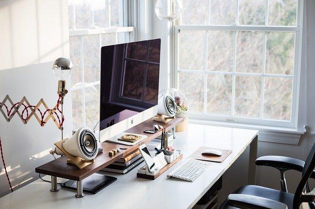 Jakie wybrać biurko komputerowe? Jakie biurko do laptopa a jakie do komputera stacjonarnego?