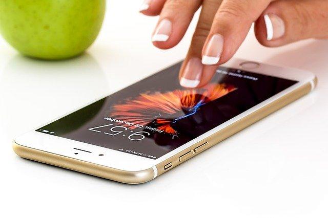 Nowe telefony do 300 zł – 3 modele dostępnych w sklepach